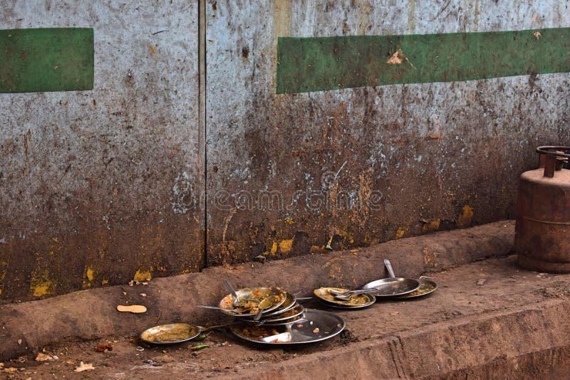 Smutsig bordsservis i en restaurang i mitten av Delhi arkivfoton