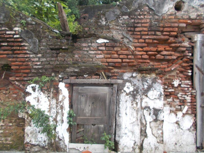Smutsig brickwall och skada och gammalt fönster arkivbild