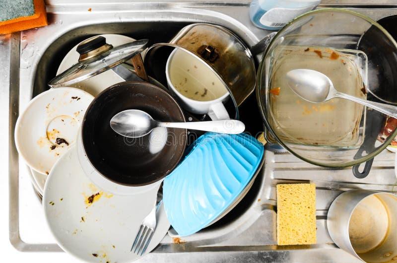 Smutsig disk i en vask arkivfoto