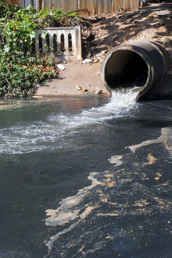 Smutsig drain, vattenförorening i floden fotografering för bildbyråer