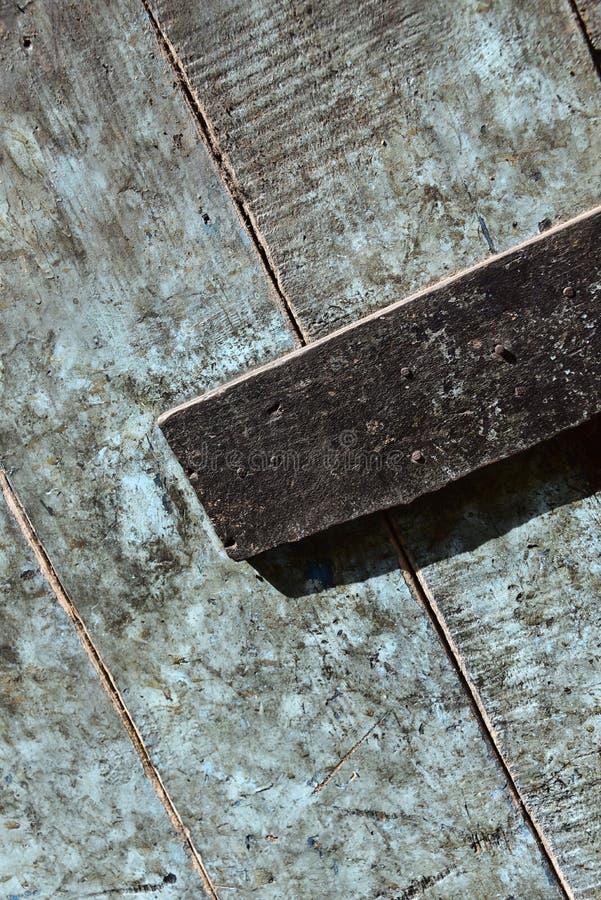 Smutsig & fetthaltig trädörr - ursprungligen metade blått för äggskal och visningbokstavsasken royaltyfria foton