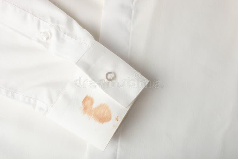 Fläck Av Den Smutsiga Vita Skjortan Fotografering för