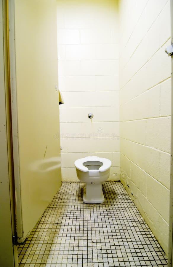 smutsig gammal toalett arkivbild