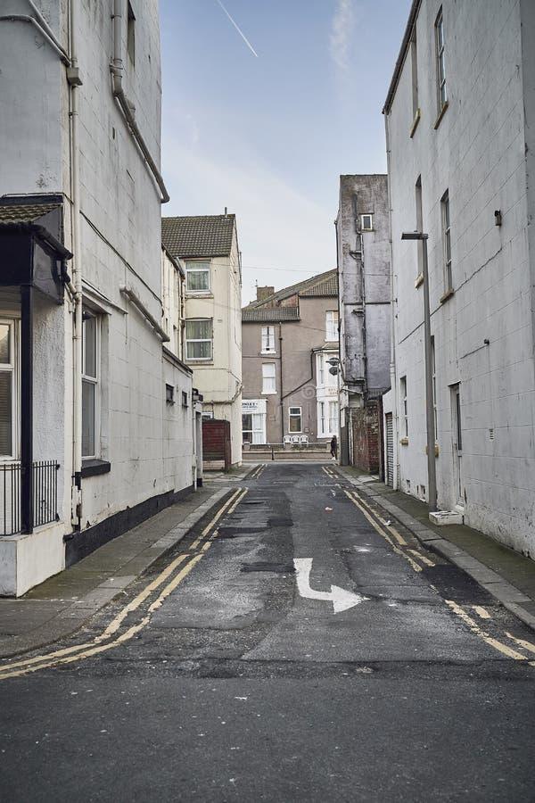 Smutsig gränd i stad arkivbild