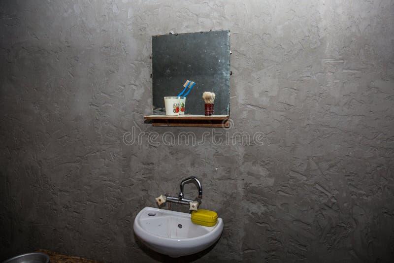 Smutsig handfat i ett gammalt fattigt hus En mörk mörk abstrakt plats om armod och husproblem arkivfoto