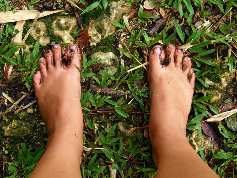 Smutsig kal fot i gräset arkivfoto