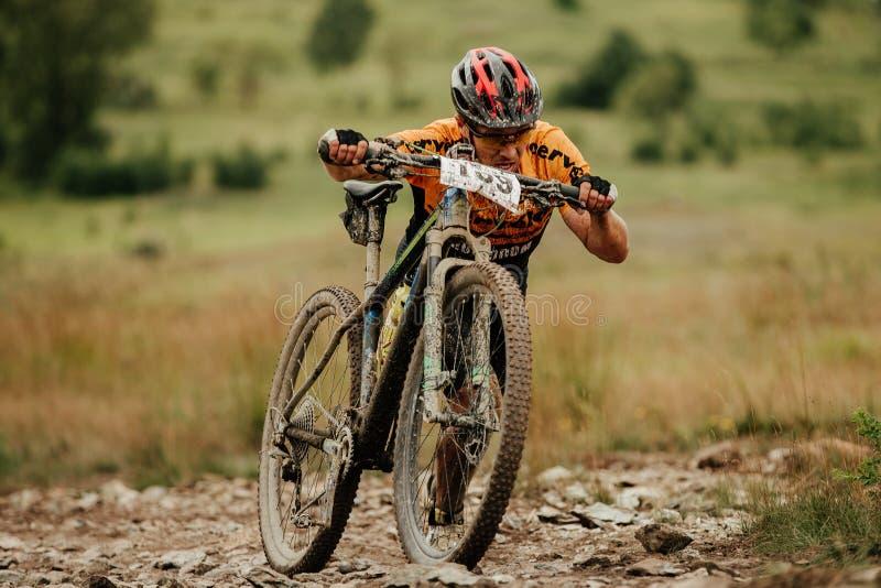 smutsig klättring för cyklistbergcyklisten i brant går arkivbild