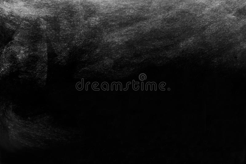 Smutsig krita på grungesvart tavla arkivbild