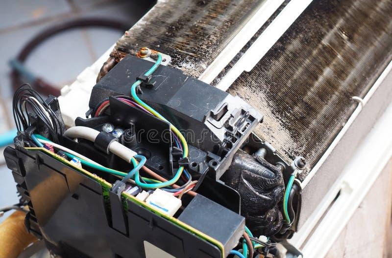 Smutsig luftkonditioneringsapparat royaltyfri fotografi