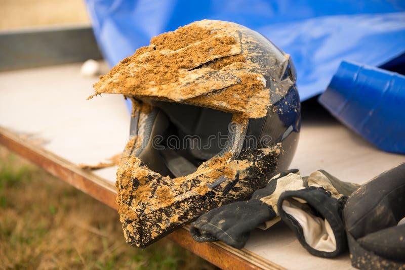 Smutsig motorcykelmotocrosshjälm med gyttja royaltyfria bilder