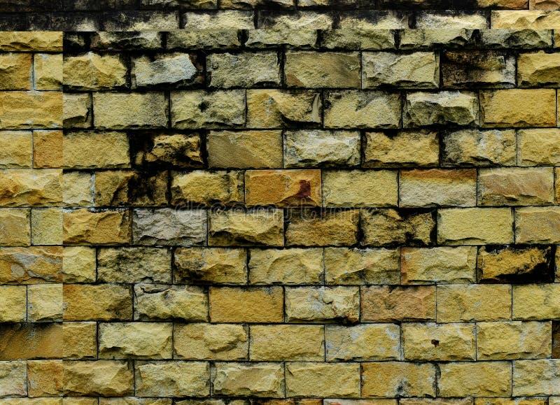Smutsig och gammal gul tegelstenvägg för bakgrund royaltyfria foton