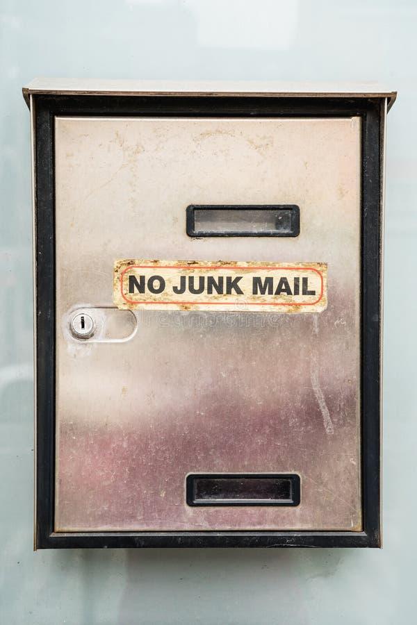 Smutsig postbox med orden INGEN SKRÄPREKLAM fotografering för bildbyråer