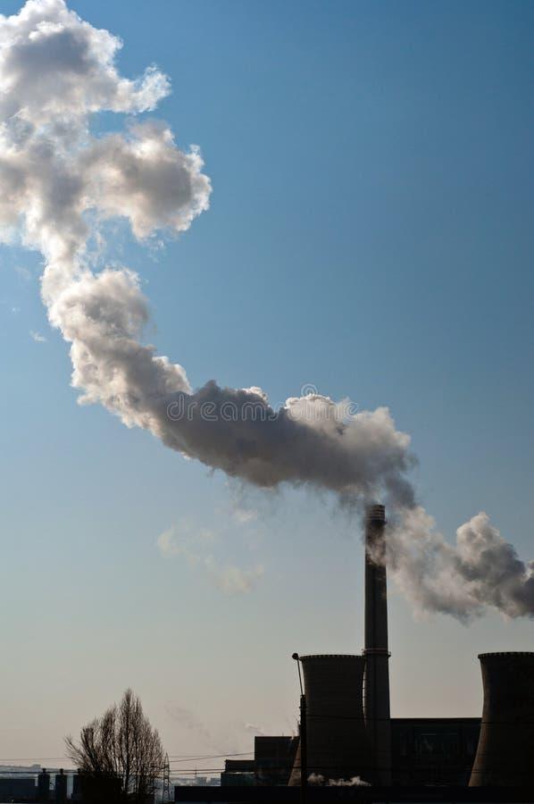Smutsig rök på himlen från rören av fabriken Industriell lampglasluftförorening fotografering för bildbyråer