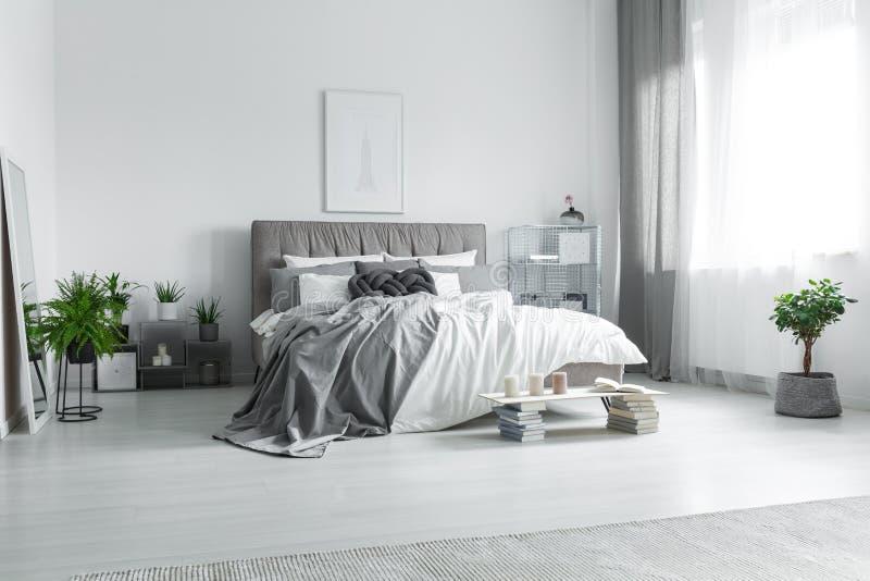 Smutsig säng i hotellrum royaltyfria bilder