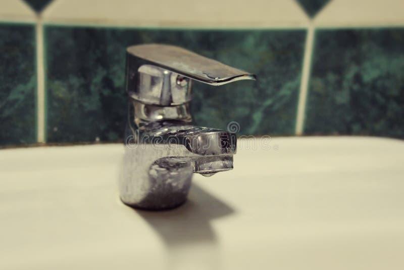 Smutsig springbrunn för hotell, sprundtappvattenkran fotografering för bildbyråer