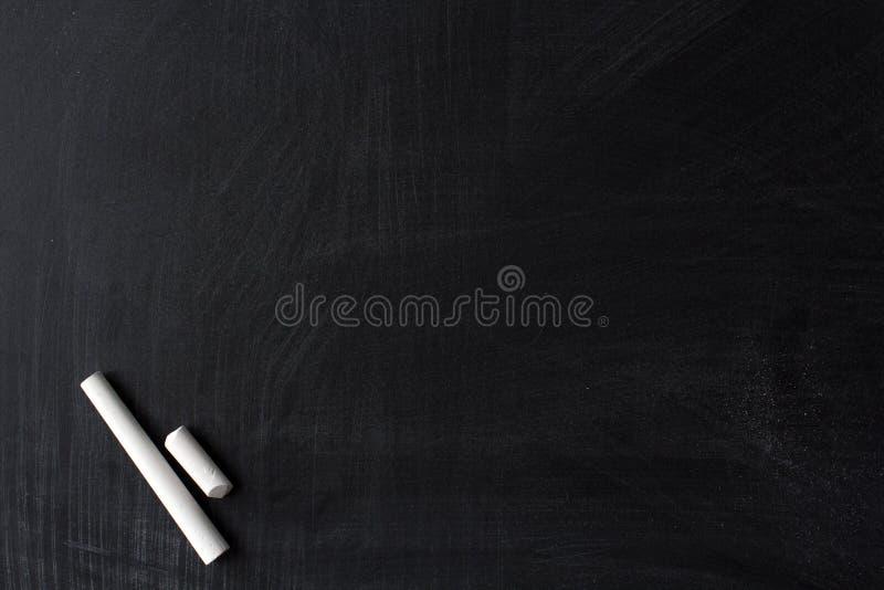 Smutsig svart tavla och vit krita royaltyfri foto