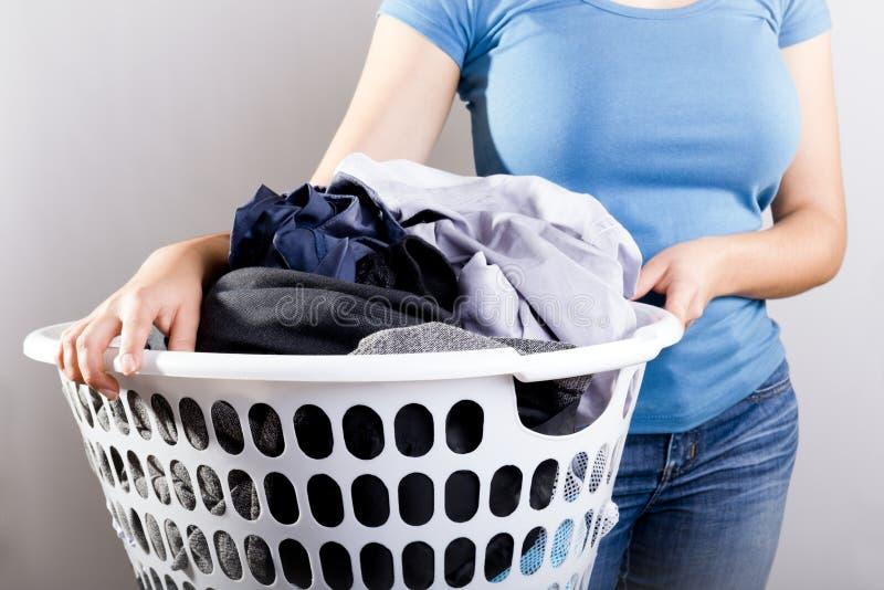 Smutsig tvätteri för kvinnainnehav royaltyfria bilder