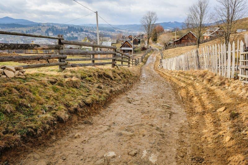 Smutsig väg i Carpathian by royaltyfri fotografi
