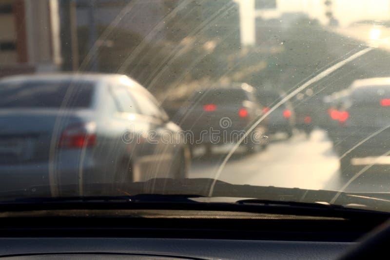 Smutsig vindruta, auto exponeringsglas för förorening som är smutsigt med inre sikt i bil arkivfoto