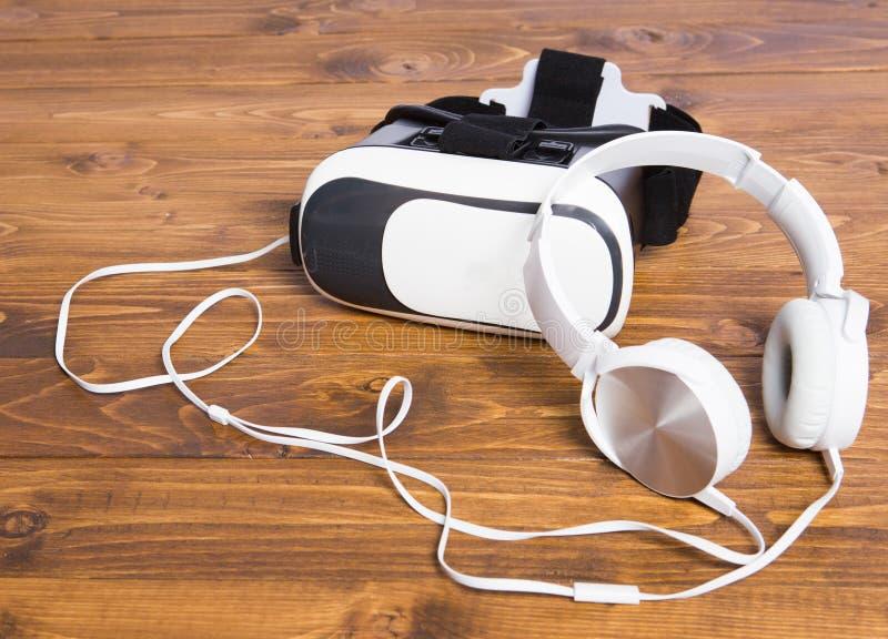 Smutsig VR-hörlurar med mikrofon arkivbild