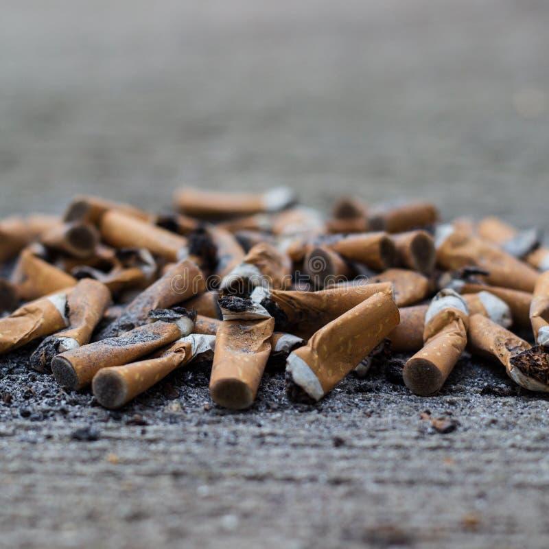 Smutsiga cigaretter för stort nummer av arkivfoton