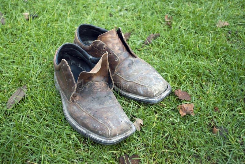 smutsiga gammala skor arkivbilder
