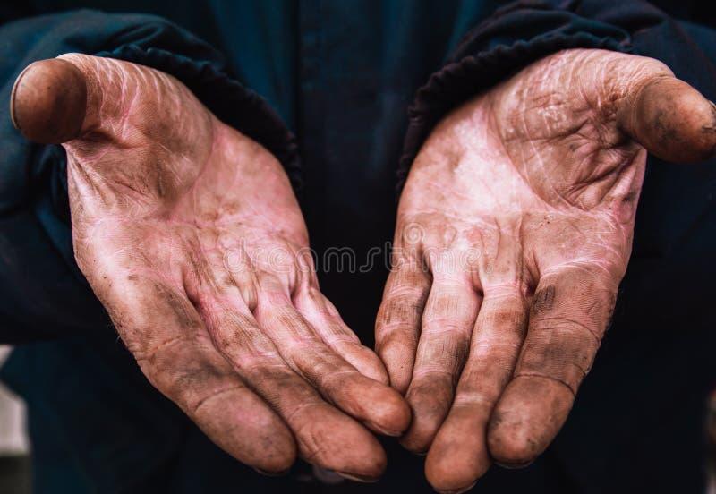 Smutsiga h?nder av en man, en funktionsduglig man, en man t?mde hans h?nder, medan arbeta, en fattig man arkivfoto