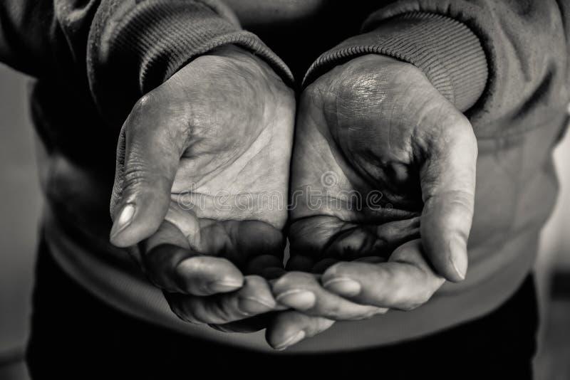 Smutsiga manhänder för Closeup av den fattiga mannen royaltyfri fotografi