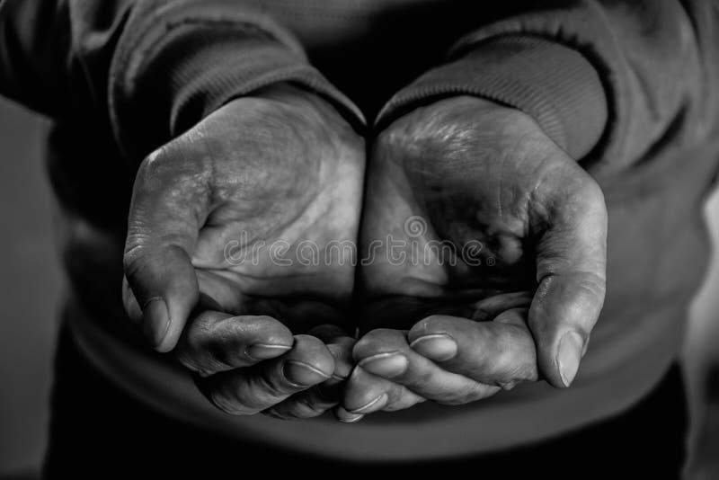 Smutsiga manhänder för Closeup av den fattiga mannen arkivbild