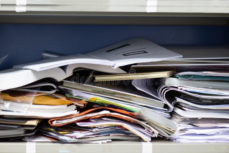 Smutsiga mappdokument och kontorstillförsel i dokumentskåp royaltyfria foton