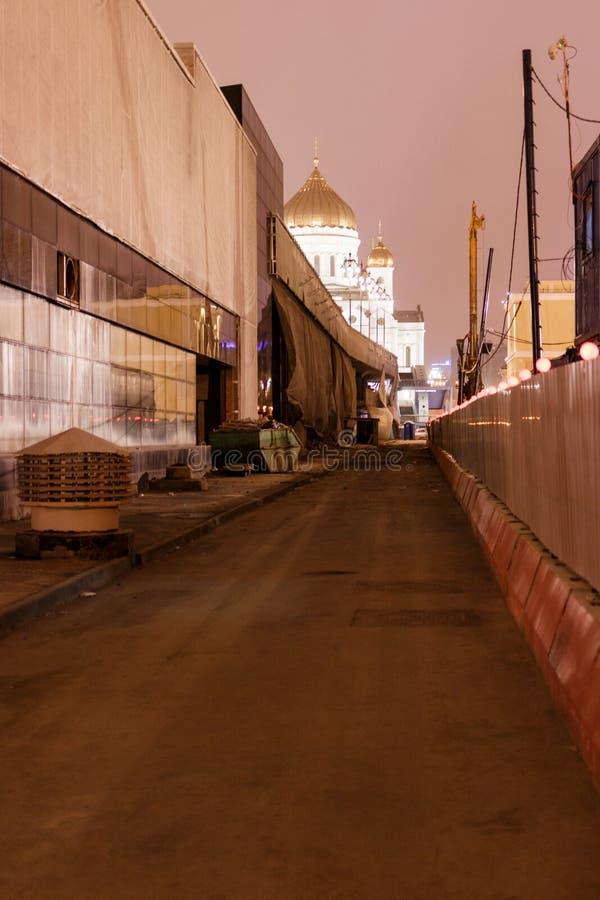 Smutsiga Moskvagator på natten royaltyfria bilder