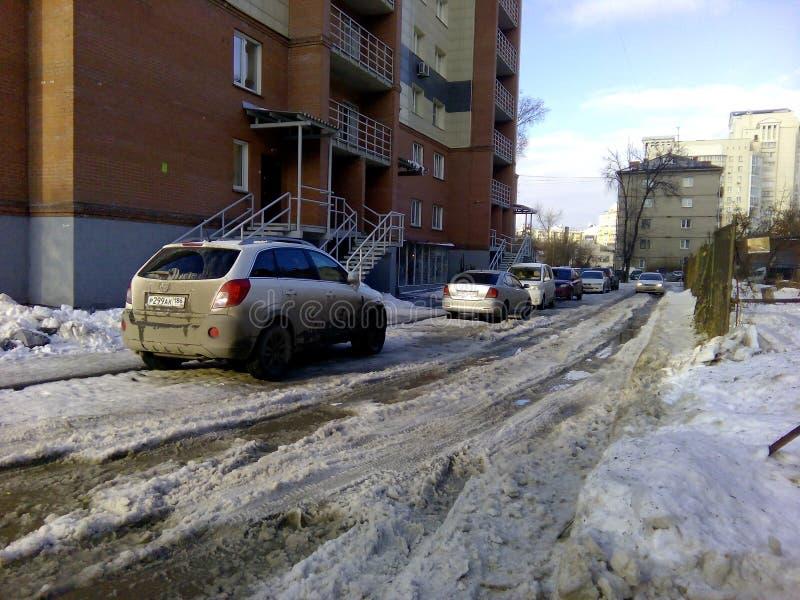 Smutsiga uncleaned vägar i Novosibirsk lossar insnöat våren förhindrar passagen av bilar royaltyfria bilder