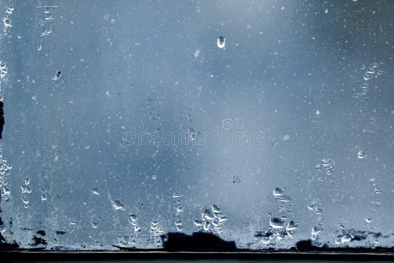 Smutsigt exponeringsglas med droppar för kondensation för vattendunst royaltyfri foto