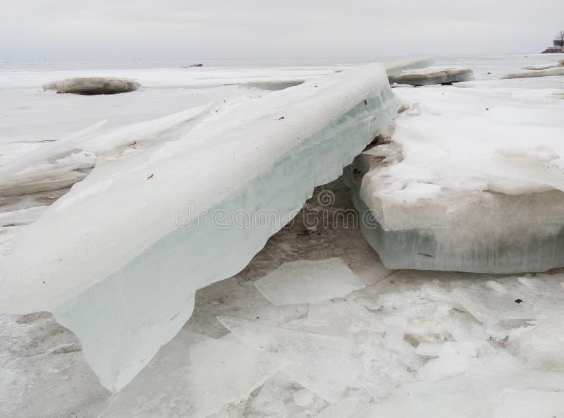Smutsigt iskvarter i det baltiska havet royaltyfri foto