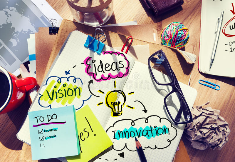 Smutsigt kontorsskrivbord med idéer och vision arkivfoton