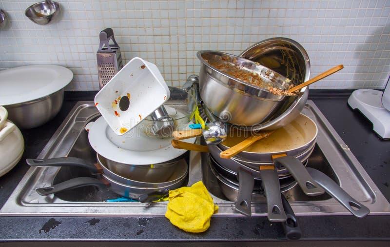 Smutsigt redskap på köket arkivbild