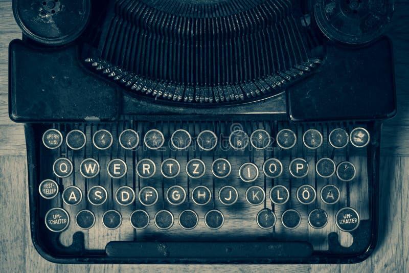 Smutsigt tappningskrivmaskinstangentbord i tysk royaltyfri bild