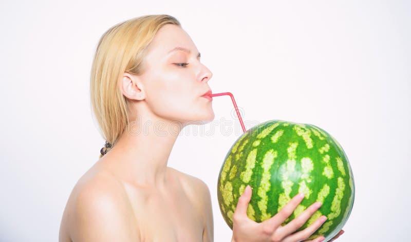 Smutt av friskhet Bakgrund f?r vit f?r sugr?r f?r coctail f?r vattenmelon f?r t?rstig attraktiv n?ck fruktsaft f?r drink f?r flic royaltyfria foton