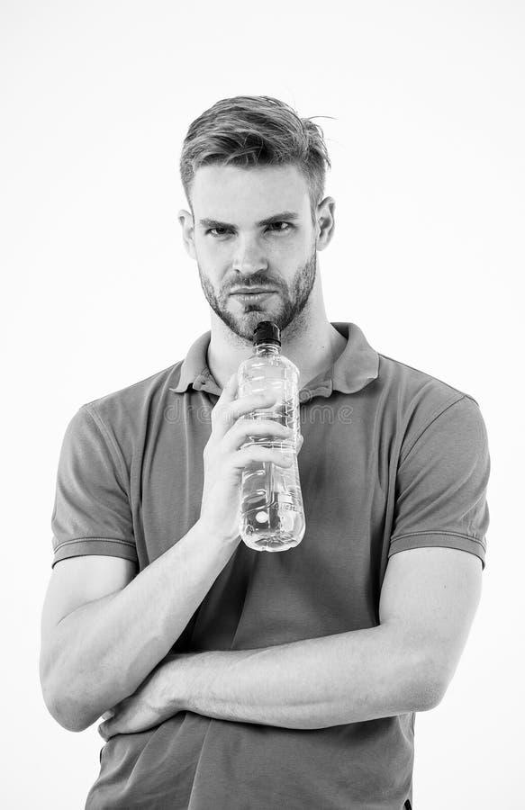 Smutt av friskhet efter stor genomkörare Flaska för vatten för manidrottsman nenhåll Idrottsman nendrinkvatten, når utbildning Ma arkivbilder