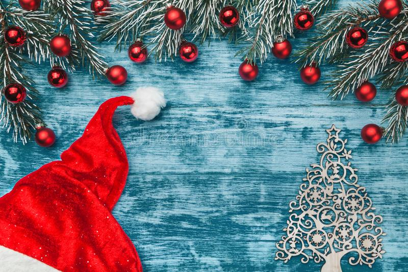 Smyckade azur bakgrund för jul, tabellen för arbete för jultomten` s, granfilialer med röda jordklot Top beskådar royaltyfri fotografi