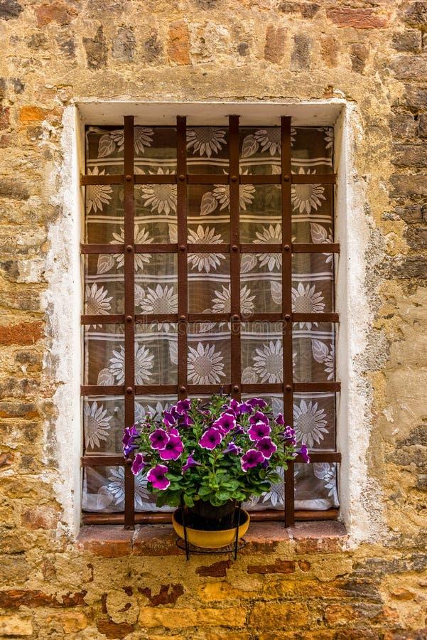 Smyckade fönster i de medeltida gatorna av San Gimignano arkivbild