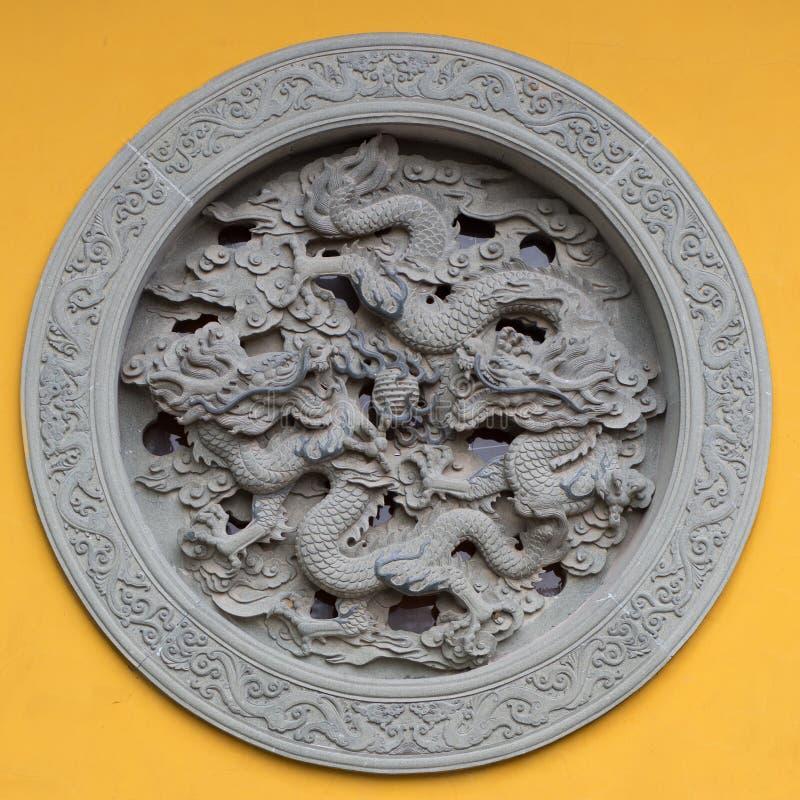 Smyckat fönster med draken royaltyfria bilder