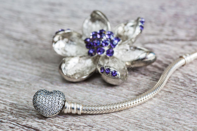 Smycken, armbandet och broschen för kvinna` s blommar royaltyfri bild