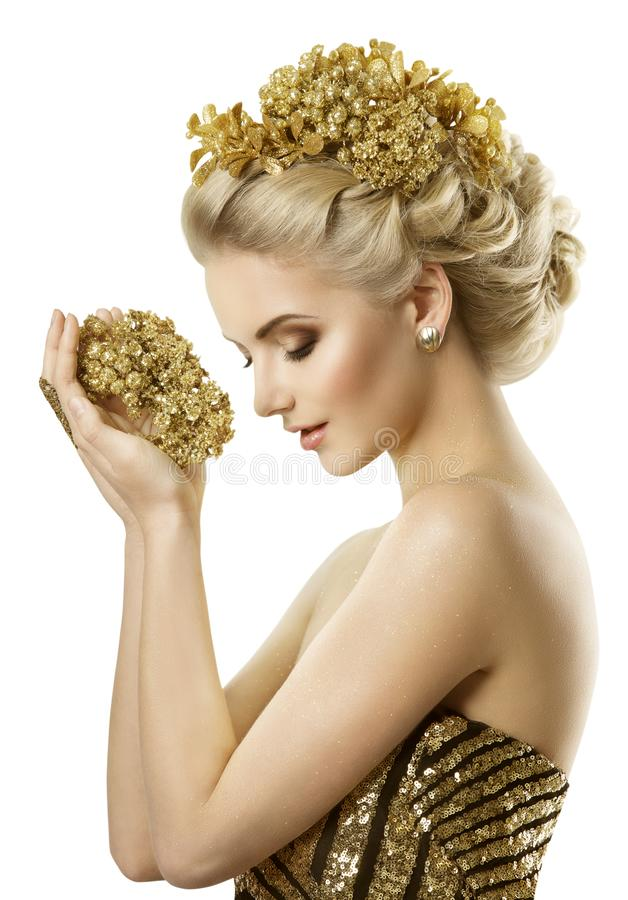 Smycken för blommor för kvinnainnehav guld-, unga modeflickadrömmar som är vita arkivbilder
