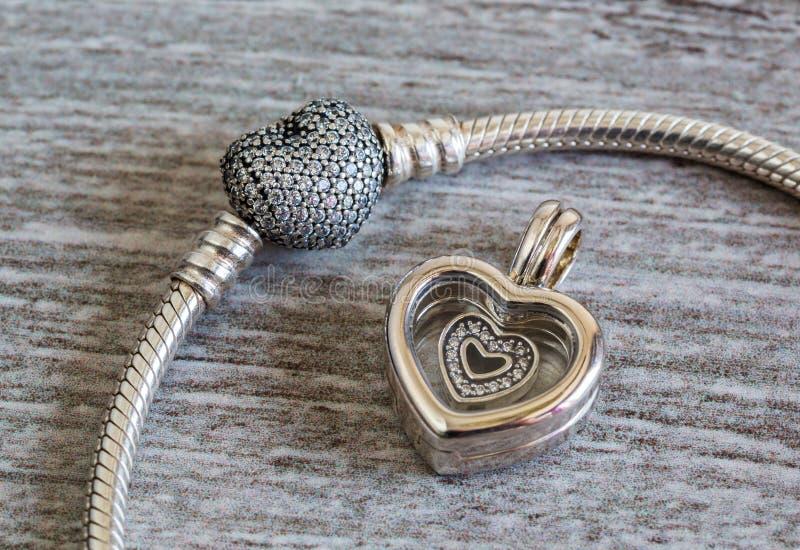 Smycken för kvinna` s, armband och hänge - hjärta royaltyfri fotografi