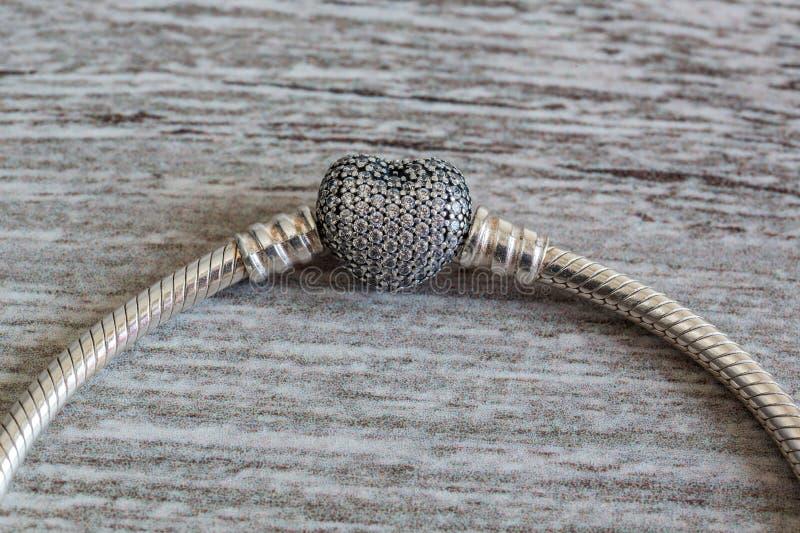 Smycken för kvinna` s, armband och hänge - hjärta royaltyfri bild