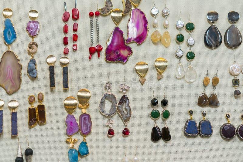 smycken från halv-dyrbara stenar Örhängen med stenar royaltyfri foto