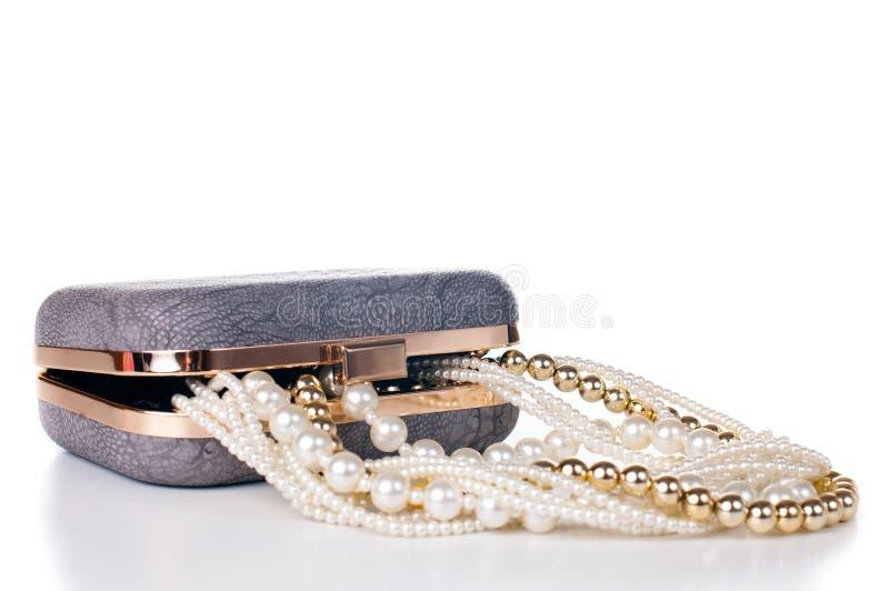 Smycken i handväska arkivbild
