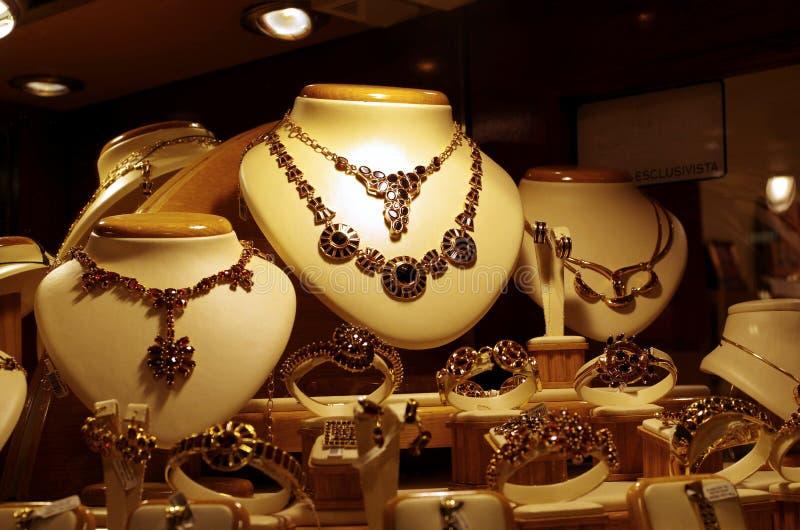 Smycken shoppar fönstret royaltyfri bild