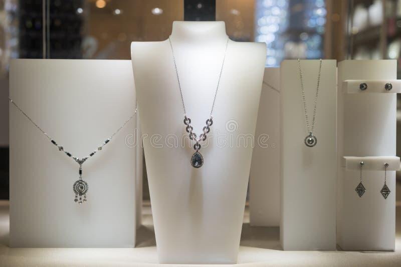 Smycken shoppar fönstret royaltyfria foton